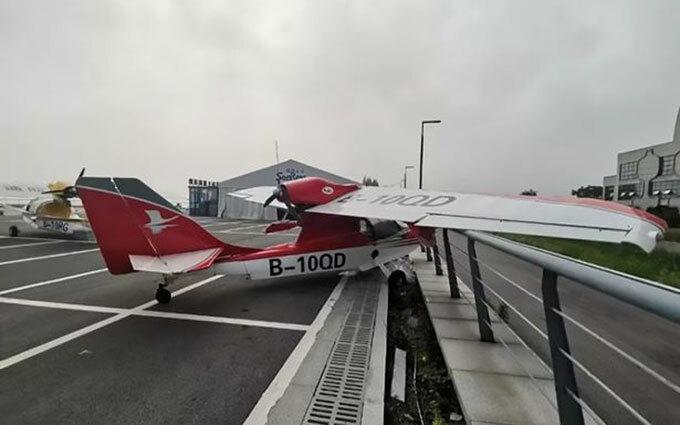 Chiếc máy bay bị đâm vào hàng rào ở khu nghỉ mátTaihu National Holiday Resort hôm 15/7. Ảnh: Asiawire.