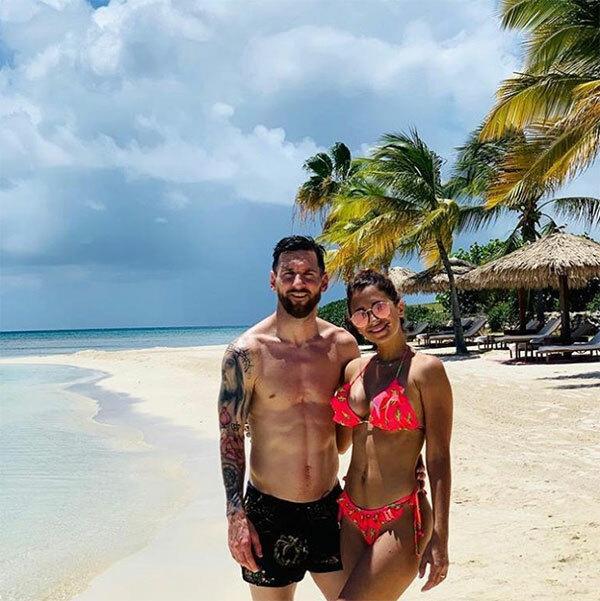 Vợ chồng Messi tình tứ chụp ảnh giữa bãi biển vắng người ở khu resort.