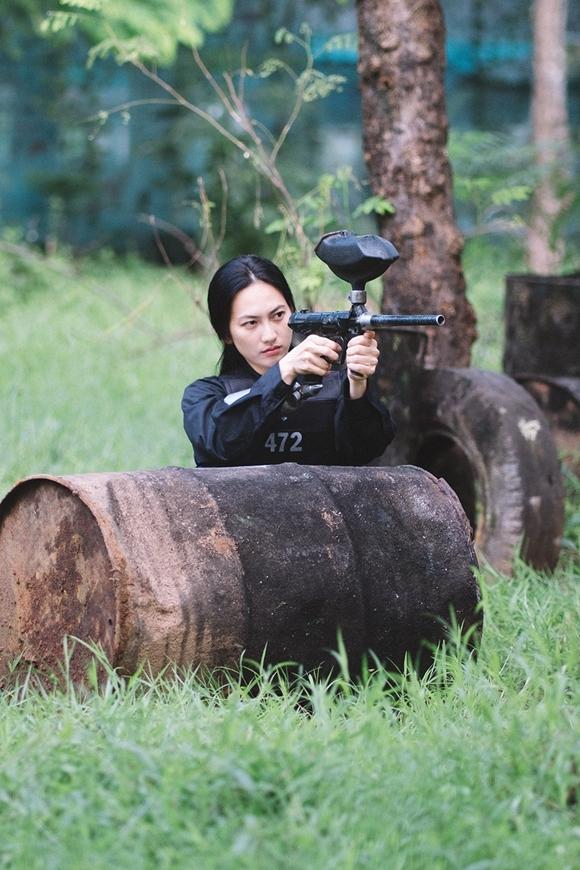 Nữ diễn viên thực hiện thử thách bắn súng.