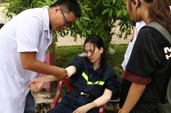 Do dùng sức liên tục, Phương Anh Đào bị đau mỏi cơ, phải bó tay và xịt lạnh liên tục để giảm đau.