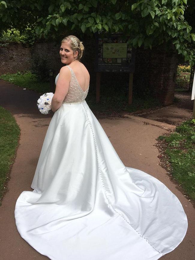Ngày cưới, Samantha đã mặc vừa chiếc váy trong mơ của mình.
