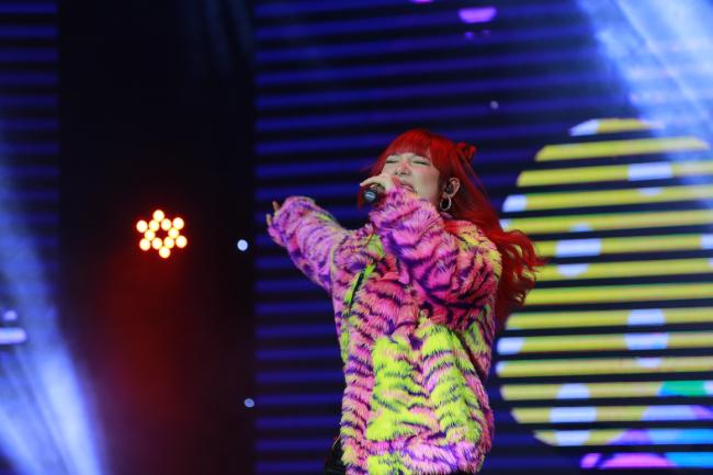 Same. Là cái tên được mong chờ nhất trong Đại nhạc hội, ngôi sao Thái Lan Jannine Weigel đã khiến sân khấu như vỡ òa với màn xuất hiện đầy ấn tượng. Nổi bật trong trang phục đầy màu sắc và cá tính, nữ ca sĩ trở thành tâm điểm của đêm nhạc khi trình diễn ca khúc
