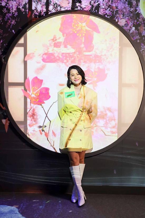 Hồ Hạnh Nhi trên sân khấu sự kiện.Hồ Hạnh Nhi là diễn viên nổi tiếng Hong Kong, cô được khán giả mến mộ qua nhiều phim điện ảnh, truyền hình như Bao la vùng trời 2, Tòa án lương tâm... Cô kết hôn với doanh nhân Philip Lee năm 2015, cuộc sống hôn nhân rất hạnh phúc.