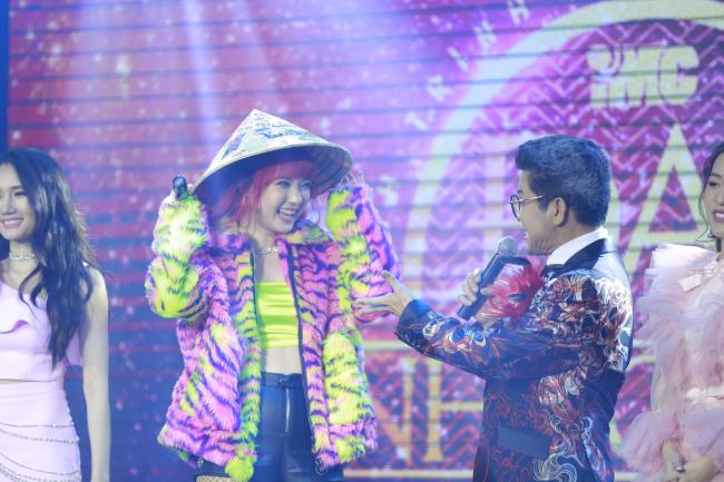 Sau hàng loạt những màn trình diễn sôi động, mỹ nhân Thái được MC Thanh Bạch tặng chiếc nón lá - biểu trưng văn hóa Việt Nam. Đón nhận món quà,Jannine Weigel rạng rỡ niềm vui.