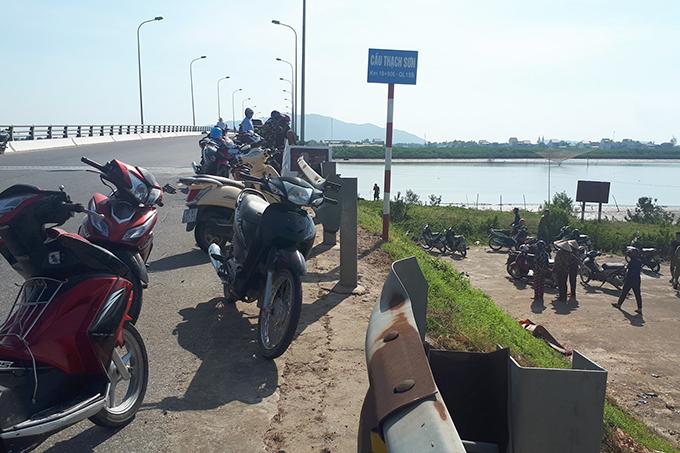 Người dân tập trung trên cầu Thạch Sơn theo dõi vụ việc. Ảnh: Hùng Lê