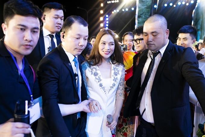 Tối 20/7, Mỹ Tâm (áo trắng) có mặt tại sự kiện Lễ hội hang động Quảng Bình 2019. Nữ ca sĩ được bảo vệ kỹ lưỡng trước giờ lên sân khấu.
