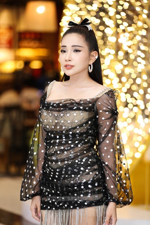 Tối 20/7, Khả Như diện váy xuyên thấu, lấp ló vòng một khi tham dự sự kiện âm nhạc do một nhãn hàng tổ chức tại TP HCM.