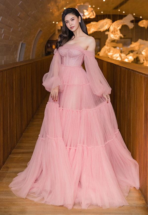 Trương Quỳnh Anh diện thiết kế của Lâm Lâm làm khách mời trong một chương trình về làm đẹp. Sau ly hôn, nữ diễn viên chăm chút dung nhan, được nhiều người khen ngày càng trẻ trung, xinh đẹp.