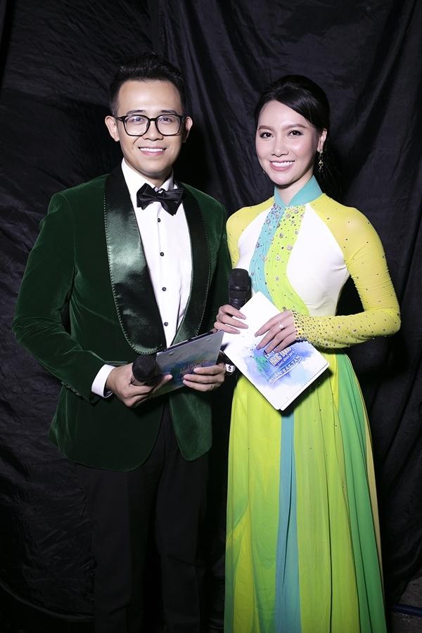 MC Quốc Bảo (trái) và Minh Hà dẫn dắt sự kiện.