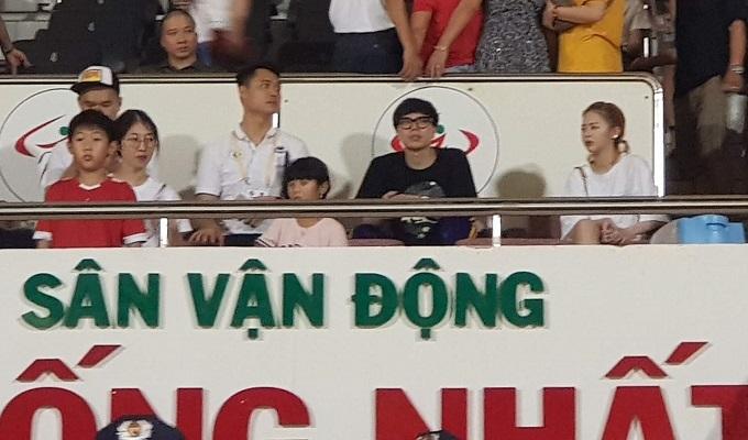 Trịnh Thăng Bình (áo đen) đến sân Thống Nhất tối 21/7.Ảnh: Hữu Nhơn.
