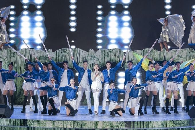 Mỹ Tâm trình diễn trên sân khấu được dàn dựng song song tại quảng trường biển Bảo Ninh và hang Chuột thuộc hệ thống hang động Tú Làn. Cô khoe giọng hát nội lực với ca khúc Xin chào ngày mới.
