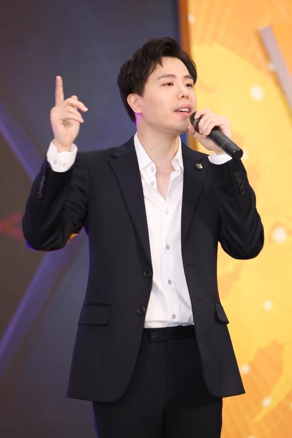 Nam ca sĩ vừa vướng tin đồn yêu Liz Kim Cương - cựu thành viên nhóm LIME. Trước nghi vấn, cả hai đều không lên tiếng xác nhận.
