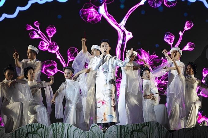 Tùng Dương diện áo dài, trình bày ca khúc Thiên thai.