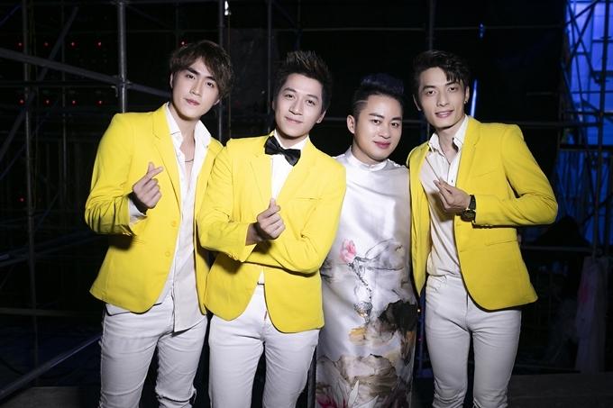 Nhóm The Wings chụp ảnh cùng Tùng Dương (thứ 3, từ trái sang) trong hậu trường.