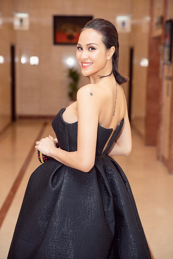 Nữ MC mặc bộ váy cúp ngực gợi cảm của nhà thiết kế Hoàng Minh Hà.