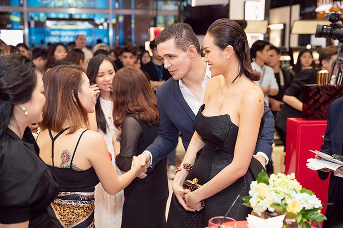 Khi được hỏi về kế hoạch sinh con, Phương Mai háo hức nói, ông xã cô đang rất mong lên chức bố, gia đình hai bên nội ngoại cũng muốn sớm có cháu bế. Khi nào có tin vui, vợ chồng cô sẽ chia sẻ với công chúng.