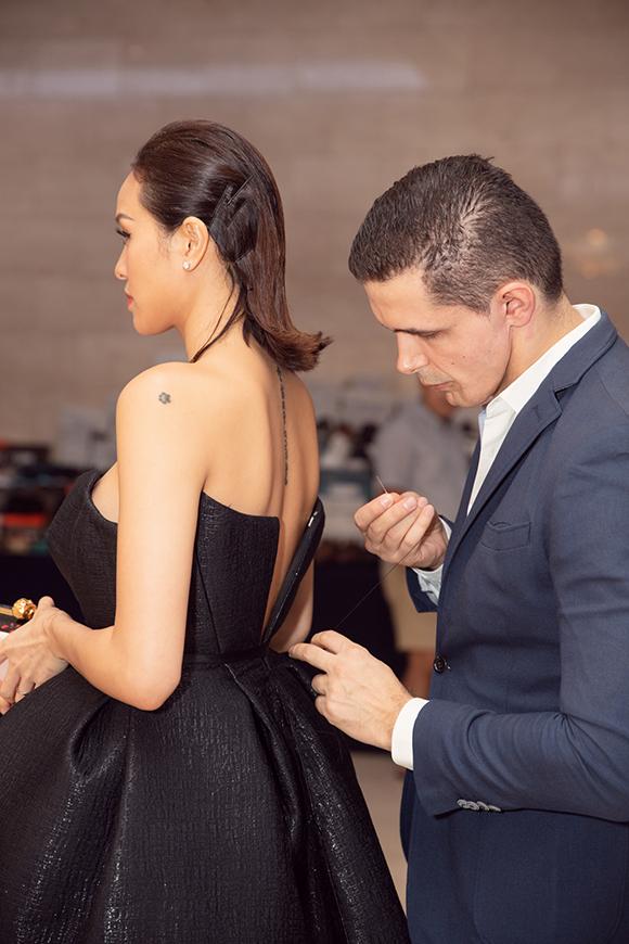 Tại sự kiện tối qua, Marcin chăm sóc Phương Mai từng ly từng tí. Có một sự cố nhỏ xảy ra khi chiếc váy của người đẹp bị đứt dây kéo ở phần lưng.