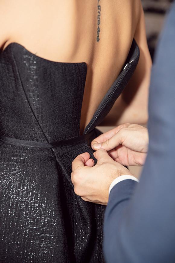 Ông xã đã không ngần ngại giúp Phương Maikhâu váy, khắc phục sự cố ngay trước lúc chương trình bắt đầu diễn ra.