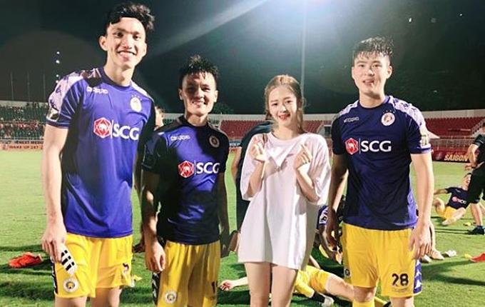 Liz chụp chung với các cầu thủ Hà Nội.