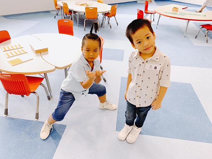 Bé Nhím và Tít - con nuôi của NTK Đỗ Mạnh Cường được bố cho học trường song ngữ quốc tế. NTK cho biết: Chỉ khoảng 120 triệu /năm cho những năm học mầm non và tiểu học. Đến cấp 3 mới khoảng hơn 200 triệu/năm.Nên bố quyết định sẽ cho 5 đứa theo học ở đây từ mầm non đến hết cấp 3 luôn nhé.