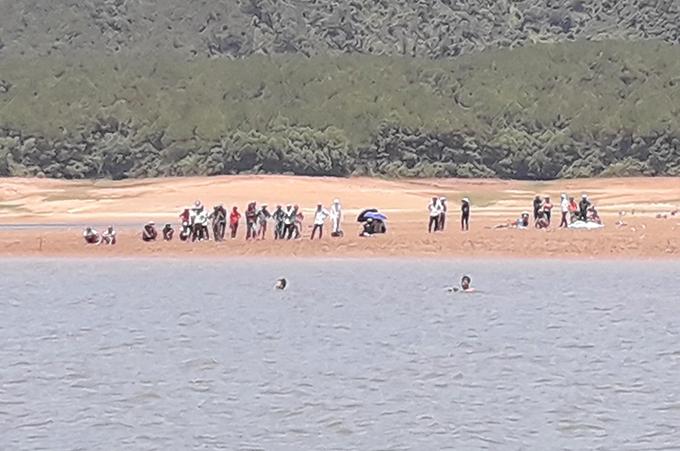 Nhà chức trách tìm kiếm thi thể nạn nhân trên hồ Kẻ Gỗ. Ảnh: Hùng Lê