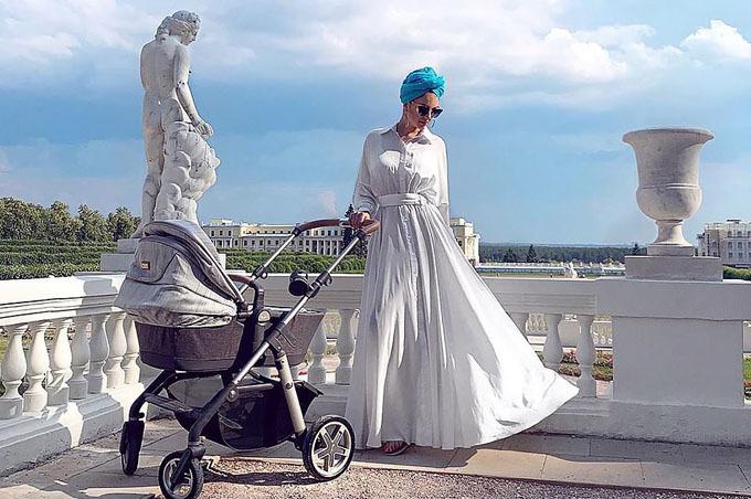 Oksana khoe ảnh bên con trai hai tháng tuổi ở Nga lên tài khoản Instagram hồi tháng trước. Ảnh: east2west.