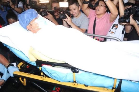 22h19 tối ngày 20/7, nam diễn viên Nhậm Đạt Hoa được chuyển tới một bệnh viện ở Hong Kong. Trước đó, khi dự một sự kiện ở Đại lục, anh đã bị một người đàn ông đâm vào bụng, khiến anh phải nhập viện cấp cứu. Ngoài ra, trong quá trình đỡ cú đâm, tay của Nhậm Đạt Hoa bị thương. Theo bác sĩ, dây thần kinh và gân ngón tay tổn thương, cần phải phẫu thuật. Ca mổ được tiến hành tại Đại lục sau đó.