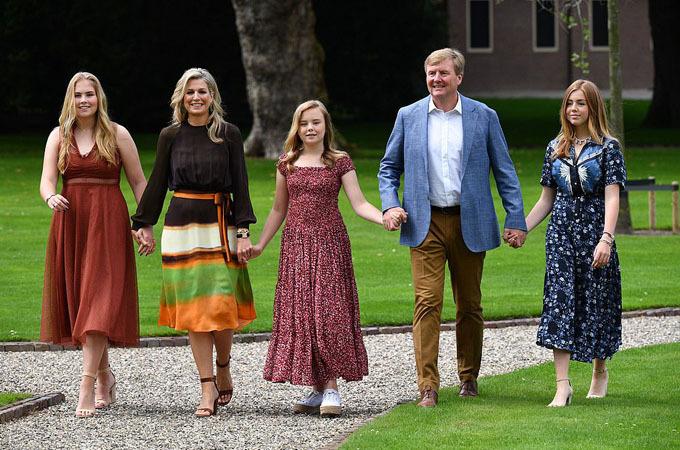 Hoàng gia Hà Lan hôm 19/7 chia sẻ bộ ảnh thường niên chụp Quốc vương Willem-Alexander, Hoàng hậu Maxima bên ba công chúa xinh đẹp tại cung điện Huis ten Bosch ở Hague.