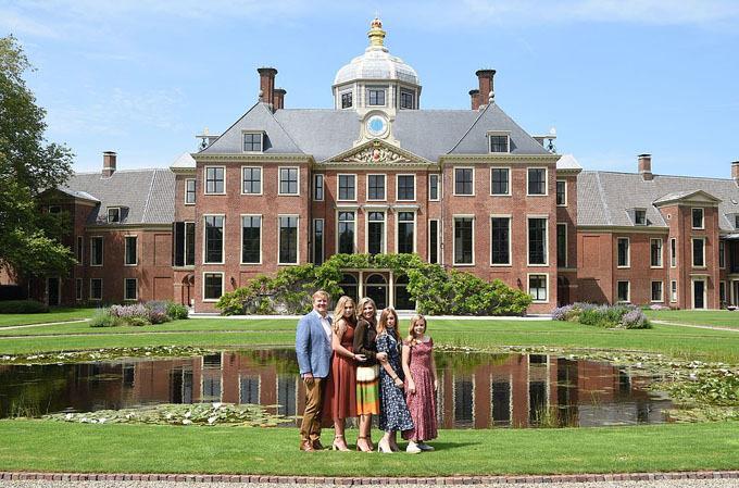 Ba Công chúa Catharina-Amalia (15 tuổi), Alexia (14 tuổi) và Arian (12 tuổi) tạo dáng bên cạnh bố mẹ trước cung điện và thu hút ống kính bởi phong cách khác nhau cùng sự tươi tắn, rạng rỡ.