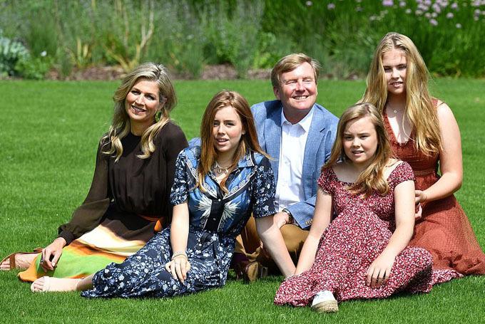 Cả gia đình ngồi trên bãi cỏ trước cung điện để chụp ảnh. Đây là một truyền thống được vợ chồng quốc vương Hà Lan duy trì hằng năm vào mỗi dịp hè.