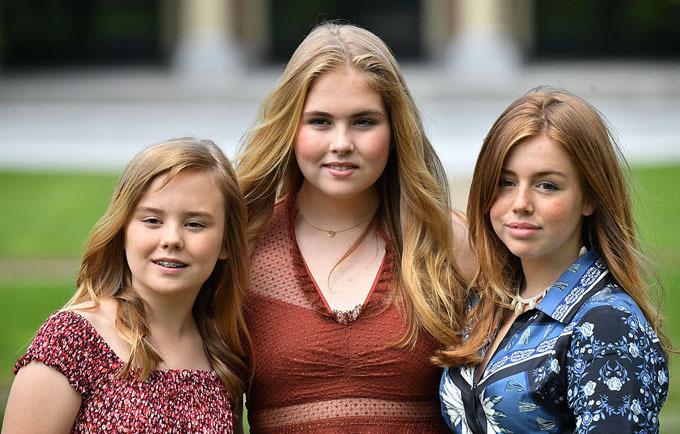 Chị cả Catharina-Amalia sở hữu mái tóc màu vàng giống mẹ Maxima và chiều cao có phần nhỉnh hơn mẹ. Cô em thứ Alexia mặc váy hoa màu xanh trong khi em út Arian thì diện váy maxi dài hoa nhí đỏ. Cả ba công chúa đều thừa hưởng những nét đẹp của bố mẹ và đã ra dáng thiếu nữ.
