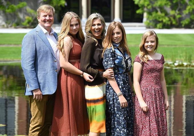 Hoàng hậu Maxima cười tươi rói bên chồng và ba con gái. Bà kết hôn với quốc vương Willem-Alexander vào năm 2002 và có cuộc sống hạnh phúc.