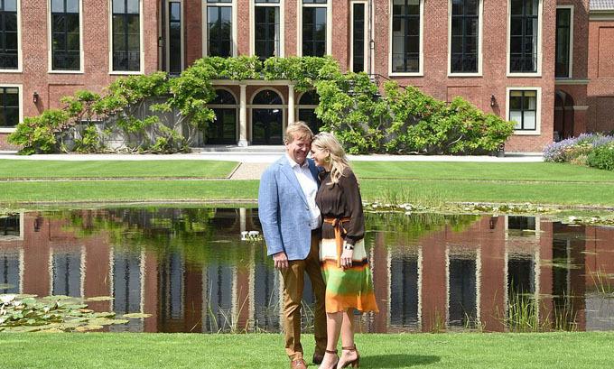 Cặp vợ chồng hoàng gia tạo dáng tình cảm trong một bức ảnh đôi.