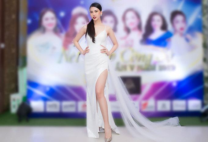 Giải vàng Siêu mẫu Việt Nam 2018 Bùi Quỳnh Hoa diện thiết kế xẻ vạt cao, tôn thế mạnh đôi chân dài và vóc dáng sexy khi đi sự kiện.