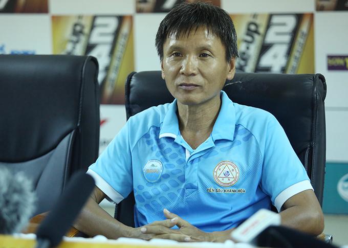 HLV Võ Đình Tân trả lời họp báo sau trận thua 0-2 trước Viettel. Ảnh: Đương Phạm.