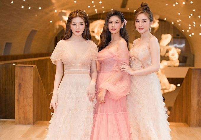 Hot girl Lilly Luta (trái) và Kelly Nguyễn (phải) cũng mặc trang phục điệu đà, tôn vòng một giốngTrương Quỳnh Anh.