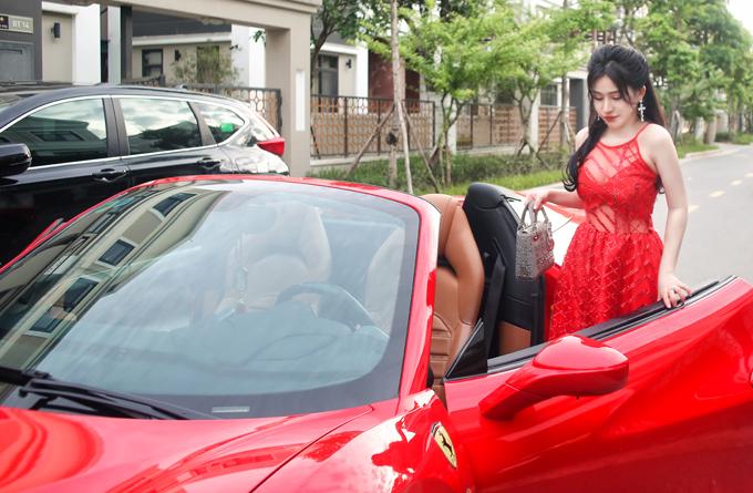 Hot girl Ivy vừa có buổi chụp ảnh với chiếc ôtô hạng sang.