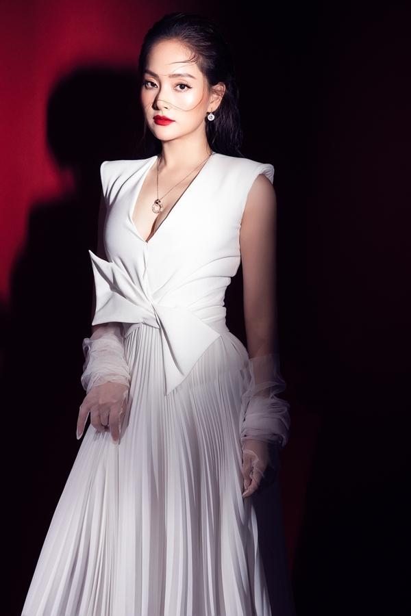 Diễn viên Lan Phương chọn phong cách gợi cảm, sang trọng khi thực hiện bộ ảnh mới.