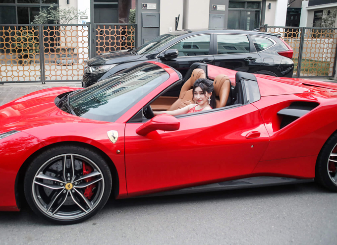 Người đẹp thích thú ngồi sau tay lái xế hộp trị giá khoảng 16 tỷ đồng, kiểu dáng, màu sắc khá giống xe của ca sĩ Tuấn Hưng.