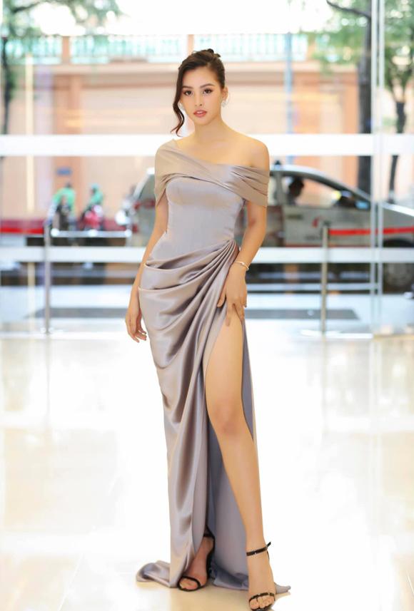 Tham gia một sự kiện tại TP HCM chiều 18/7, Hoa hậu Tiểu Vy phô diễn đường cong gợi cảm trong bộ đầm lệch vai xếp nếp, xẻ cao sexy của NTK Lê Thanh Hòa.