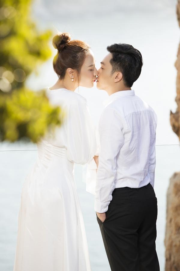 Đàm Thu Trang hạnh phúc hôn ông xã.