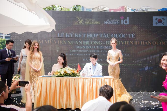 Tại sự kiện, Hoa hậu Xuân Hương đại diện Thẩm mỹ viện Xuân Hương thực hiện lễ ký kết hợp tác chiến lược với Bệnh viện ID Hàn Quốc. Hai trung tâm thẩm mỹ sẽ liên tục cập nhật và trao đổi những công nghệ làm đẹp tiên tiến, cải thiện chất lượng dịch vụ tốt hơn, mang đến cơ hội làm đẹp với mức giá hợp lý cho khách hàng Việt.