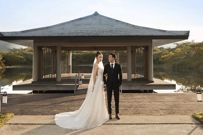 Đôi  ợ chồng trẻ thực hiện ảnh cưới tại nhiều bối cảnh khác nhau từ studio đến resort nổi tiếng.
