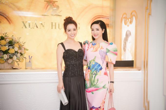 Tại sự kiện, Hoa hậu Đền Hùng còn có dịp hội ngộ với diễn viên Mai Thu Huyền. Cô Trúc của Những ngọn nến trong đêm diện váy đen, khoe khéo thân hình thọn gọn cùng nhan sắc tươi trẻ.