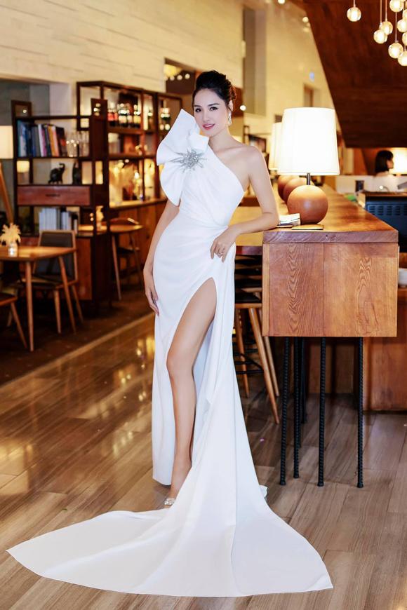 Hoa hậu Hương Giang cũng chọn một tác phẩm tinh tế do Lê Thanh Hòa thực hiện nhưng với gam trắng kiêu kỳ.