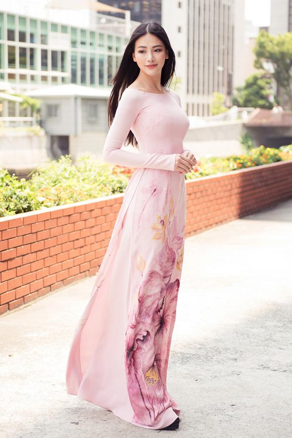 Hoa hậu Trái đất Phương Khánh đẹp nền nã như bông hoa sen khi diện áo dài nhân chuyến thăm lãnh sự quán Việt Nam tại Nhật Bản.
