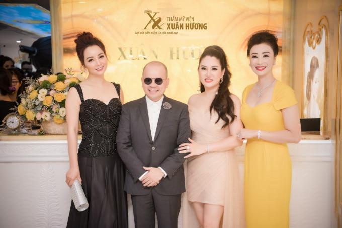 Doanh nhân Dương Quốc Nam (diện vest)và Hoa hậu Doanh nhân Vũ Thúy Nga (váy vàng)cũng góp mặt tại sự kiện