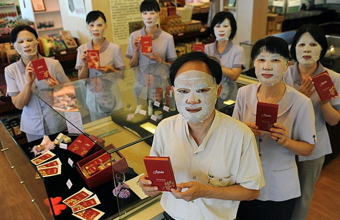 Mặt nạ dưỡng da giấy là thị trường 15 tỷ USD hàng năm ở Trung Quốc. Ảnh:AFP.