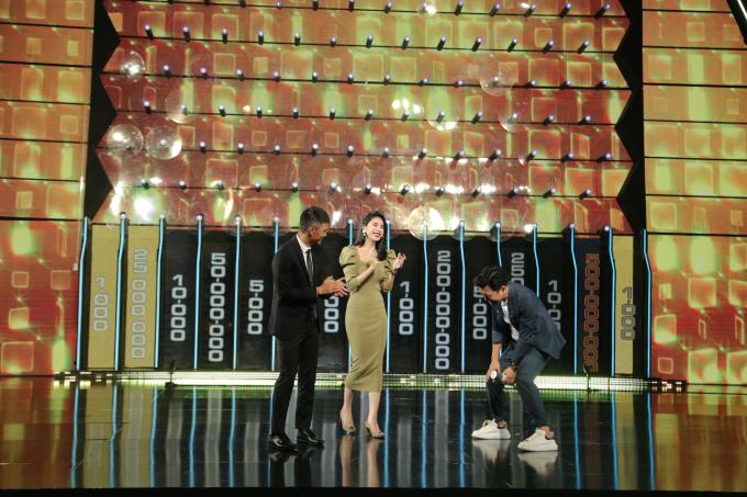 Thủy Tiên và Công Vinh sẽ cùng nhau vượt qua 11 câu hỏi của chương trình để giành phần thưởng cuối cùng.