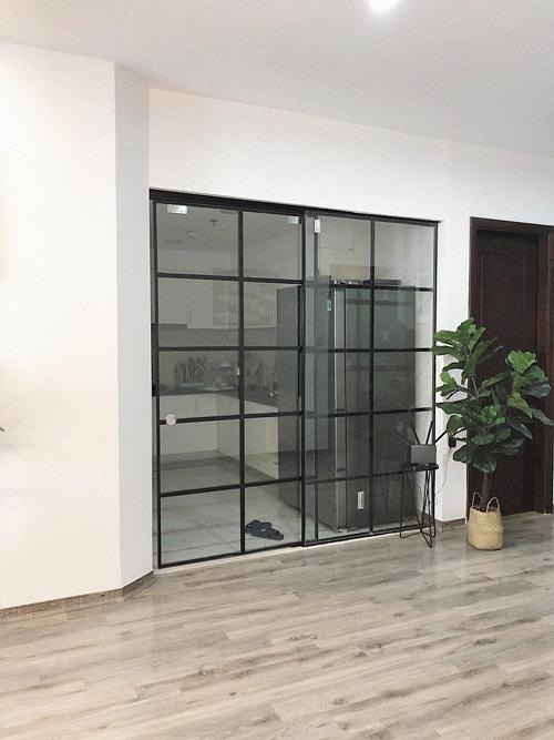 Khu vực bếp ngăn cách với phòng khách bằng cửa kính.